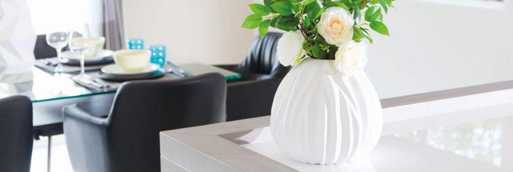 Prążkowana ceramika. Wazony z motywem żłobień