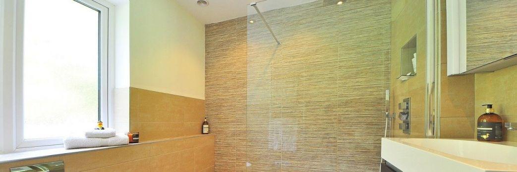 Kabiny prysznicowe w nowoczesnych łazienkach / WIDEO