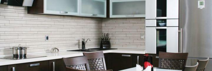 Czym wykończyć przestrzeń nad blatem kuchennym?