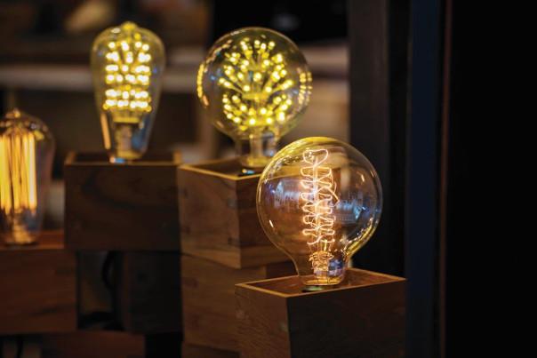 lampa drewniana z żarówką edisona