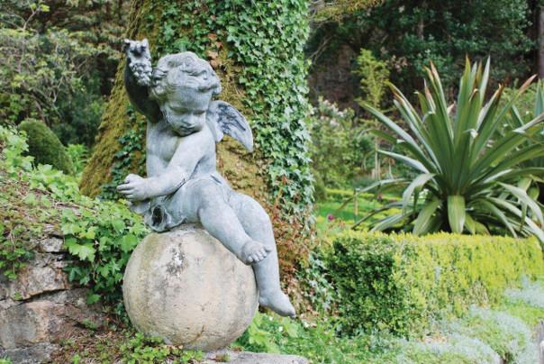 rzeźba ogrodowa amor