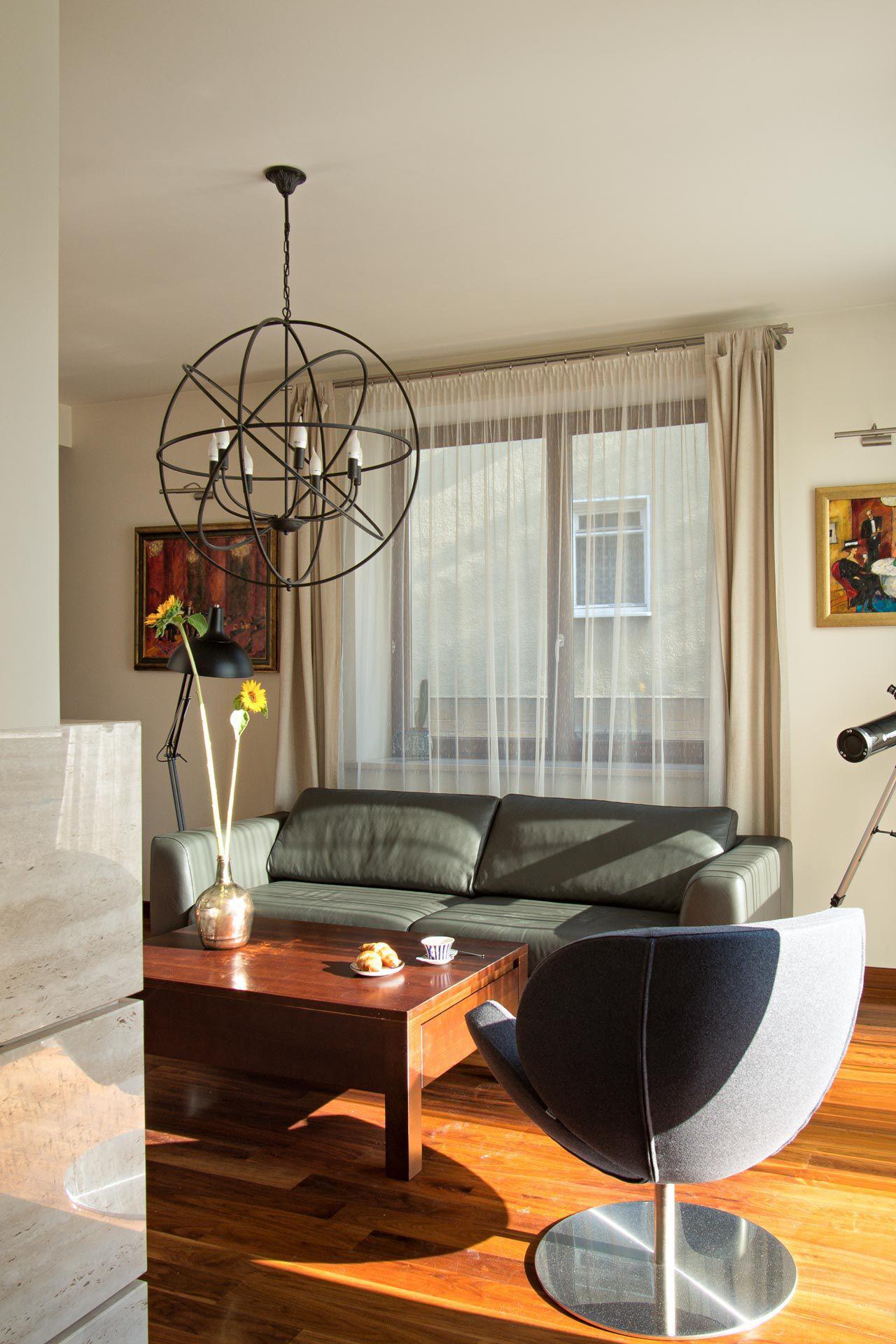 salon z kubełkowym fotelem i zyrandolem 3d