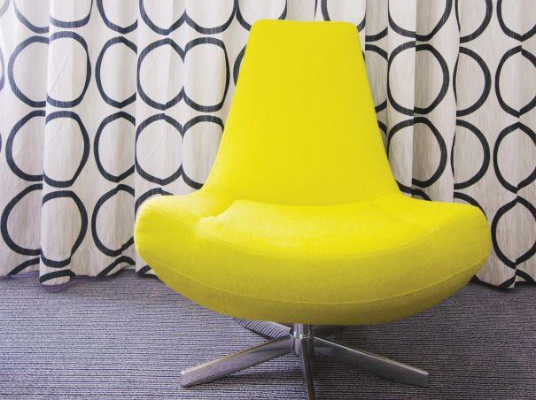 awangardowy fotel żółty