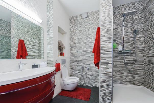 minimalsityczna łazienka czerwona