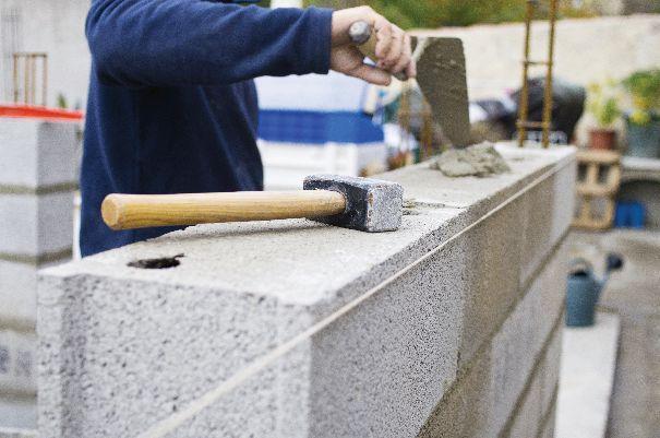 """Przy wyborze cementu powinniśmy kierować się znakiem """"Pewny Cement""""."""