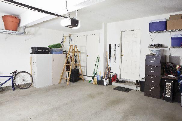 Planując budowę garażu, należy wziąć pod uwagę wiele czynników, które, choć na pierwszy rzut oka nieistotne, w praktyce mogą mieć znaczny wpływ na komfort korzystania z pomieszczenia.