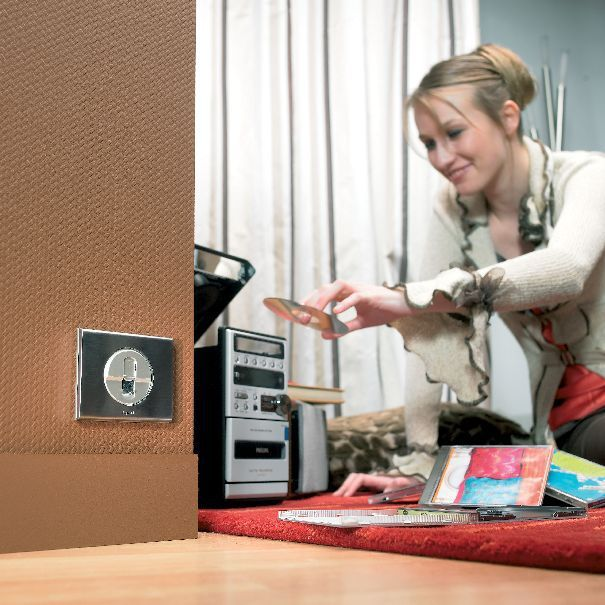 Wyposażanie domu w instalację elektryczną często wymaga nie lada wiedzy i umiejętności technicznych.
