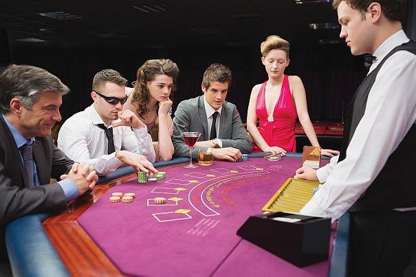 """Poker – jedna z najpopularniejszych gier na świecie, swoją historią sięga tysiąca lat. Jego popularność sięgała wówczas nawet Egiptu i Chin, a obecnie cieszy się uznaniem niemal na całym świecie. Przez setki lat nieustannie ewoluował, przybierał różne formy i warianty, niezmiennie dostarczając graczom zabawy i silnych emocji.  Korzeni znanego w obecnej formie pokera upatruje się w powstałej w szesnastowiecznej Hiszpanii grze zwanej primero. We Francji zdobyła popularność pod nazwą porque, w Niemczech zaś – pochen. Niektórzy badacze są zdania, że poker wykształcił się z hinduskiej gry ganjifa, inni zaś, że perskiej, nazywanej as nas. Poker odrodził się w Stanach Zjednoczonych, zyskując tam drugie życie. Mimo nienajlepszej opinii, stawał się coraz popularniejszą formą rozrywki, zyskując miano """"gry oszustów"""". Gra ta wypełniała czas załogantom statków kursujących przez rzekę Missisipi. To właśnie tam nastąpiła silna ewolucja pokera, która doprowadziła go do obecnie znanej formy i wykształciła współczesne zasady tej gry. Posługiwano się wtedy talią składającą się z dwudziestu kart, od dziesiątek do asów. Następnie wprowadzono odmianę rozgrywaną na pięćdziesięciu dwóch kartach, a wraz z nią nowe układy i odmiany gry, na przykład poker dobierany czy otwarty. Zła sława pokera na długie lata zakorzeniła się w opinii publicznej za sprawą całej otoczki towarzyszącej rozgrywkom w czasach """"Dzikiego Zachodu"""". Mężowie wymykający się nocą z domów, by pośród dymu papierosowego i oparów alkoholu przegrywać w karty rodziny majątek, nierzadko rozstrzygając konflikty """"w samo południe"""" za pomocą rewolwerów – tak kojarzył się wówczas poker. Drugim czynnikiem była nagminna, nieposkromiona szulerka. Proceder ten sprawiał, że niemal każdego dnia z saloonu wracali do domu naiwni gracze, którym podstępem odebrano wszystkie pieniądze. Rozwój hazardu pociągnął natomiast za sobą nielegalny handel alkoholem oraz prostytucję.  Gorączka Złota w Kalifornii okazała się idealnym czasem dla rozwoju poke"""